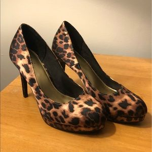 Shoes - Like New Satin Leopard Print Pumps